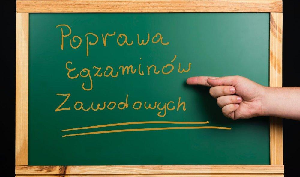 """Tablica lekcyjna z napisem: """"Poprawa egzaminów zawodowych"""""""