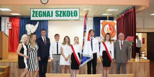 Aula szkoły, poczet sztandarowy, uczniowie, nauczyciele i dyrekcja szkoły.