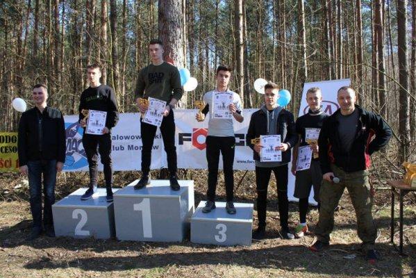 Uczniowie na podium biegu Stalowy Run.