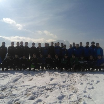 Uczniowie klasy wojskowej w zimowym krajobrazie.