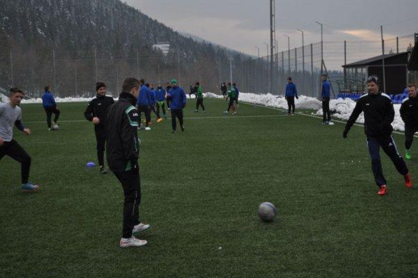 Uczniowie klasy piłkarskiej w trakcie treningu na orliku.
