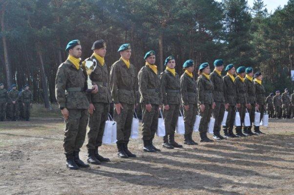 Uczniowie klasy wojskowej z pucharem - Żagań 2018 IV Centralny Zlot Klas Mundurowych.