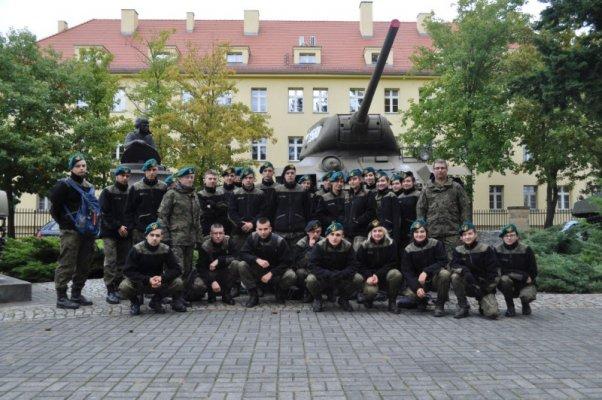 Uczniowie klasy wojskowej na tle czołgu - Żagań 2018 IV Centralny Zlot Klas Mundurowych.